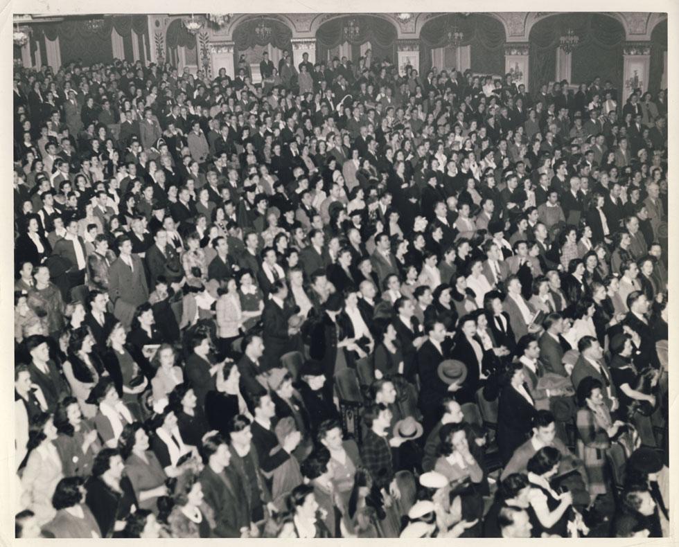 Crowd in auditorium. [PHOTO: D.O. Schultz / Rochester Theater Organ Society]