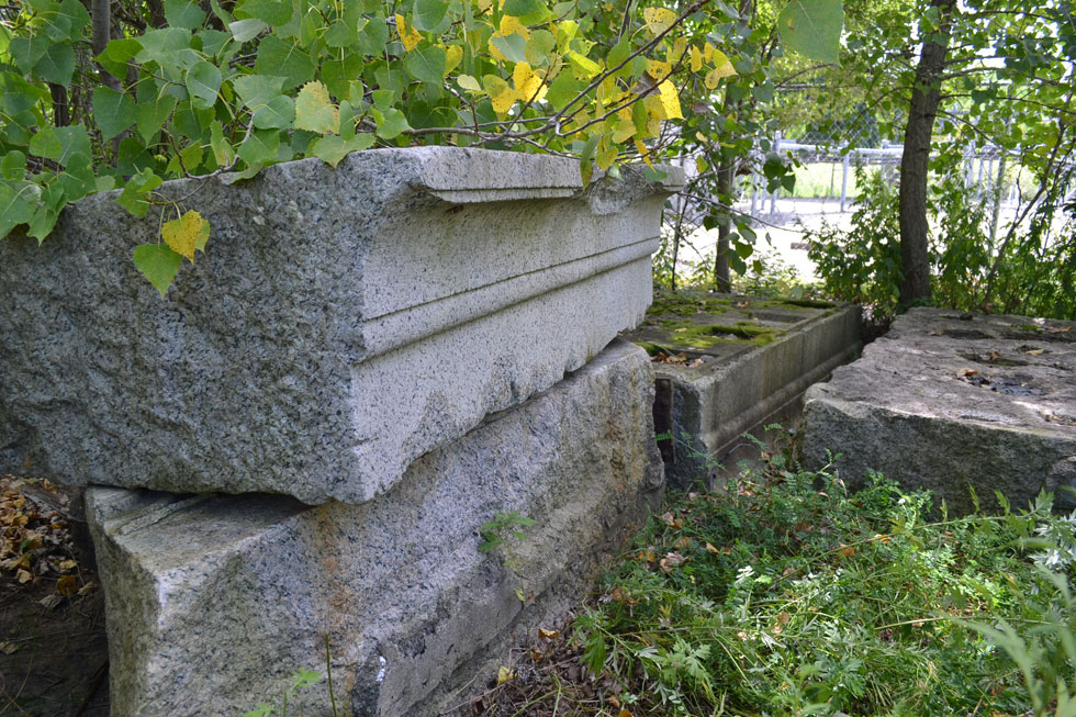 When lined up end to end these four lintels span 30 feet. Interestingly this width would be a fairly typical city lot – particularly in some of the oldest sections of downtown, near the river. [PHOTO: RochesterSubway.com]