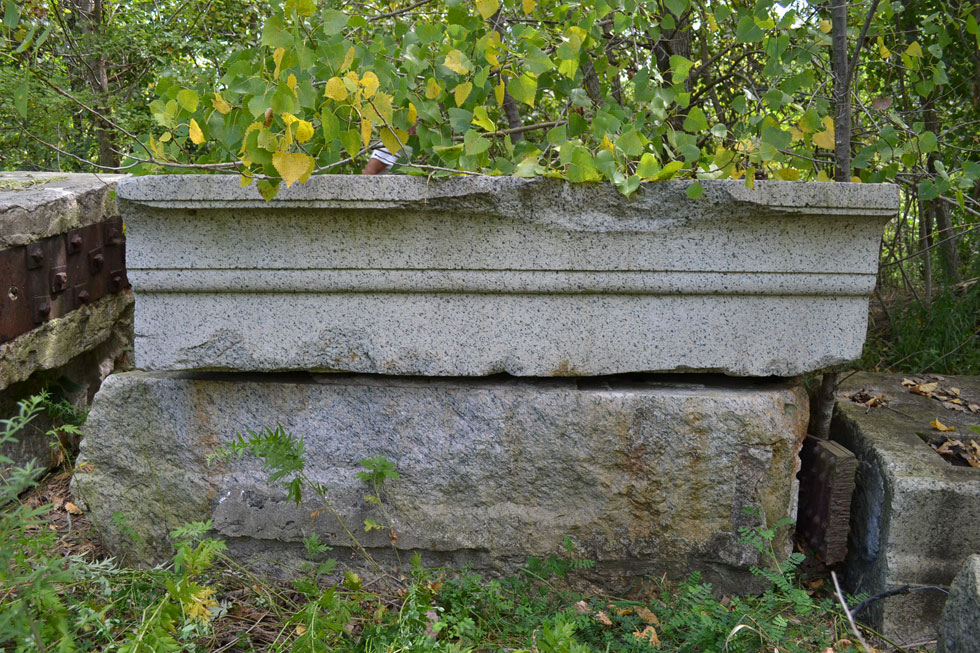 The four lintels (or cornice) each have simple styling on the front face. [PHOTO: RochesterSubway.com]