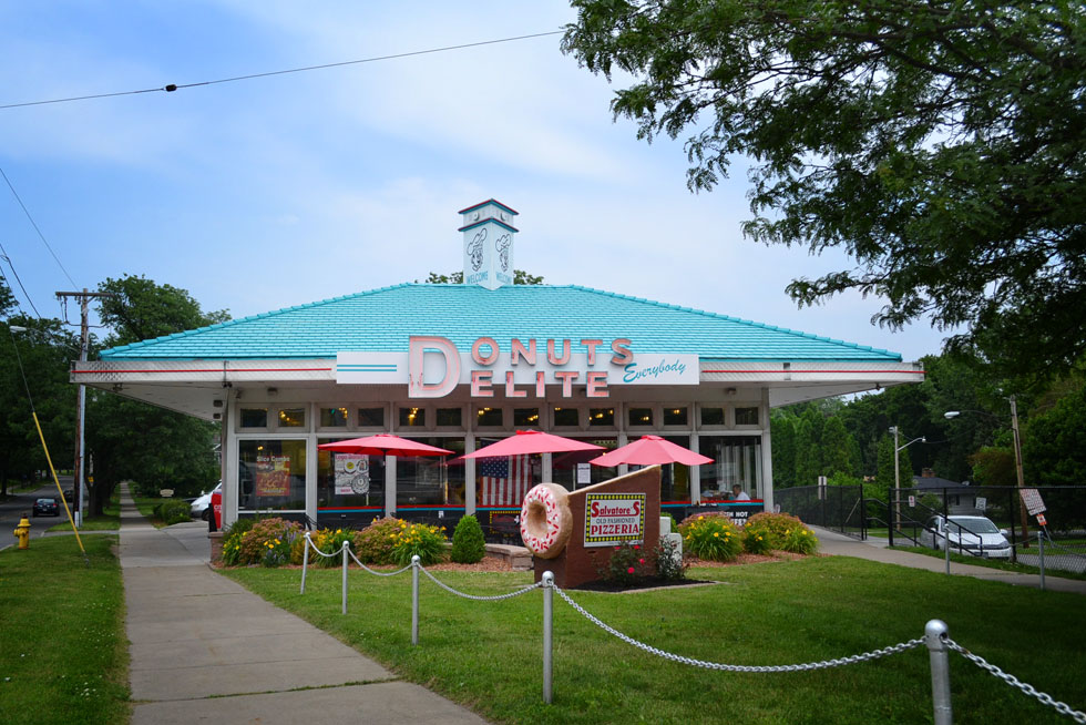 Donuts Delite was opened in 1958 by the Malley family and was a very popular hangout for nearly five decades. [PHOTO: RochesterSubway.com]