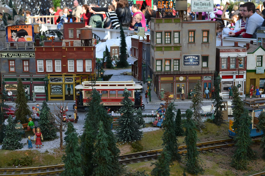 ... and trolley cars shuttled holiday shoppers between department stores.