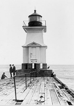 The tower on the east pier, 1902. [PHOTO: Source unknown.]