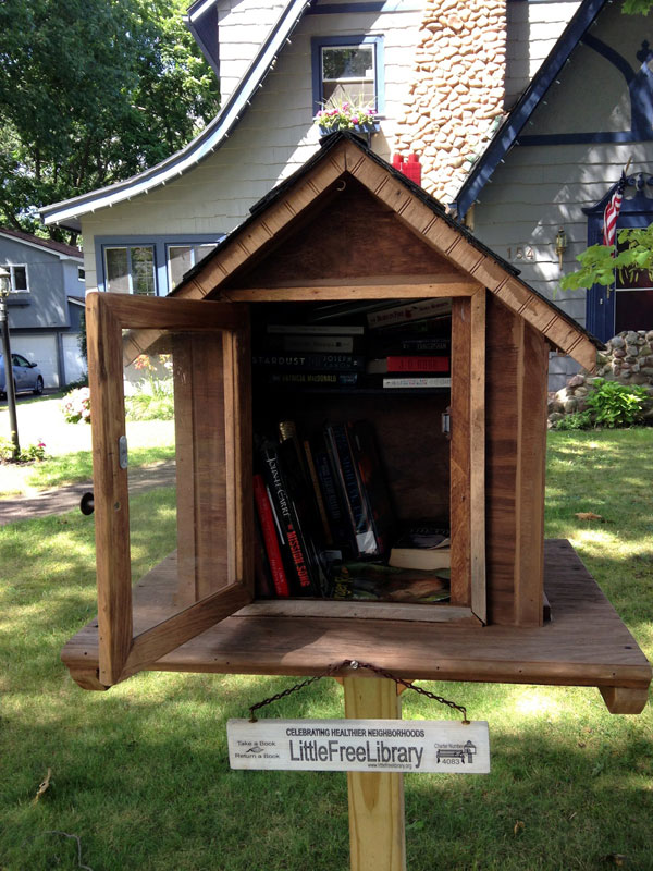 Little Free Library at 154 Chestnut Hill Road. [PHOTO: Chris Clemens]