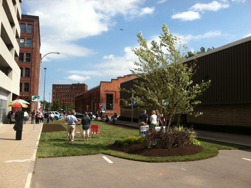 Greentopia Festival gets ready to kick off this weekend. Workers in the High Falls neighborhood were invited to a picnic lunch today on the newly 'green' Commercial Street. [PHOTO: VJ Ortiz]