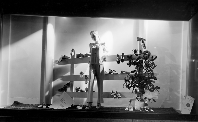 A Sibley's window display of women's shoes. c.1940. [PHOTO: Rochester Public Library]