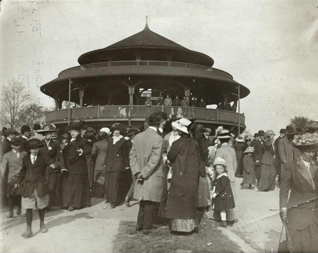 A crowd at the Ellwanger & Barry Children's Pavilion in Highland Park (1913).