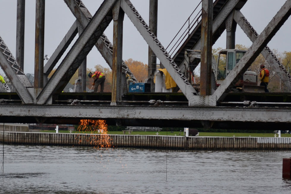 The Hojack Swing Bridge being demolished. [PHOTO: RochesterSubway.com]